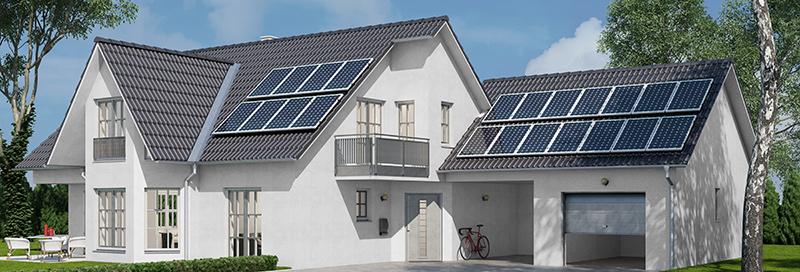 Hus med solcellepanel på taket.